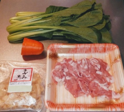 小松菜と豚肉を使って炒めrる時の材料の写真です