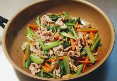 小松菜と豚肉を使って炒めた写真です