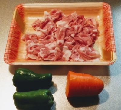ピーマンと人参を豚肉で巻いて焼く時の材料の写真です