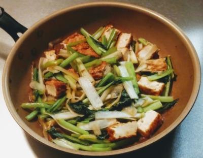 小松菜と長ネギを使って炒めた写真です