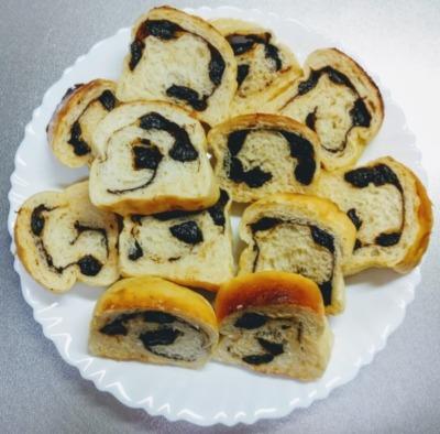 コーヒー牛乳とプルーンを使って作ったパンの写真です