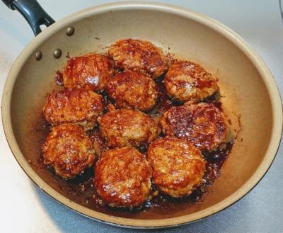 ジューシーなハンバーグを牛肉と豚肉で作った写真です